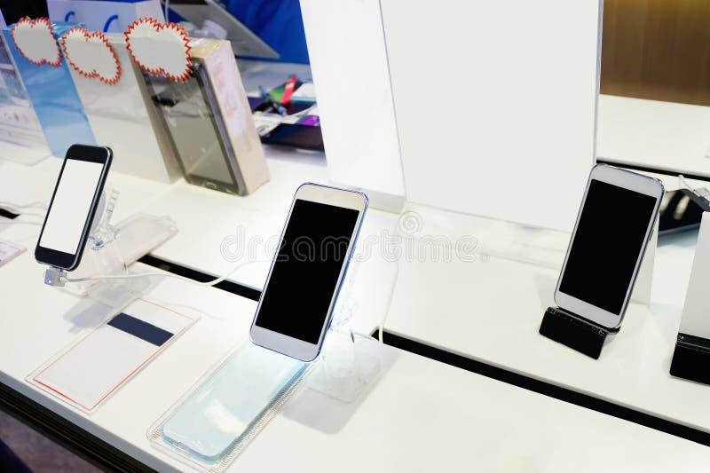Mobiele telefoon in winkel stock afbeelding