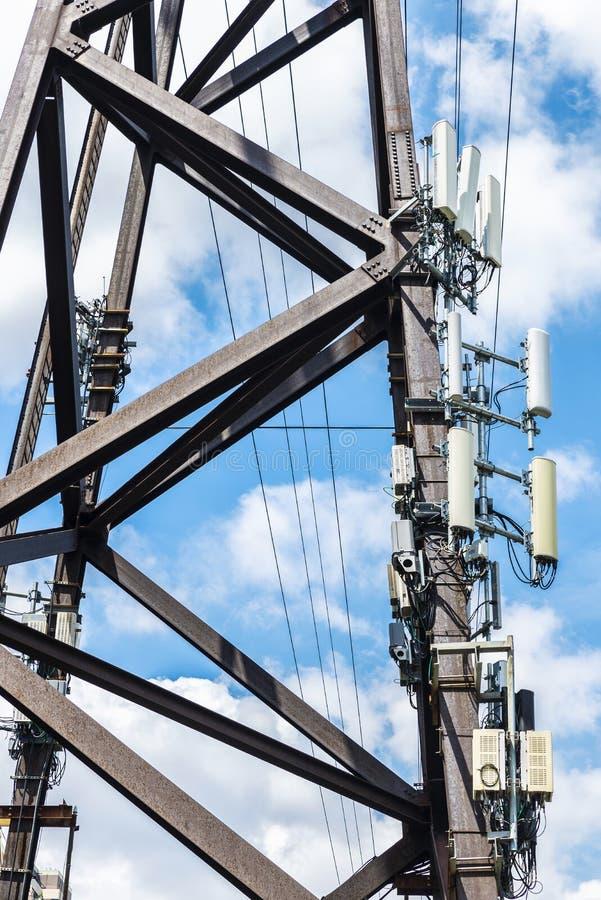 Mobiele telefoonantennes op de Queensboro-Brug in de Stad van New York, de V.S. stock afbeelding