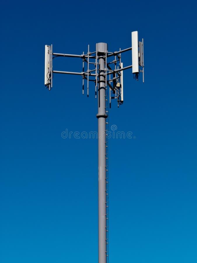 Mobiele telefoonantennes op metaaltoren op blauwe hemel royalty-vrije stock fotografie