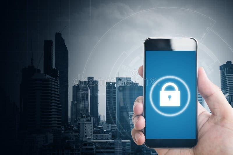 Mobiele toepassing en het online veiligheidssysteem van Internet Hand die mobiele slimme telefoon en slotpictogrammen op het sche stock afbeelding