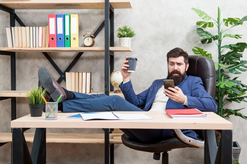 Mobiele vraag Begindag met koffie Koffie ontspannende onderbreking Chef- het genieten van energiedrank De greepkop van de mensen  royalty-vrije stock afbeeldingen