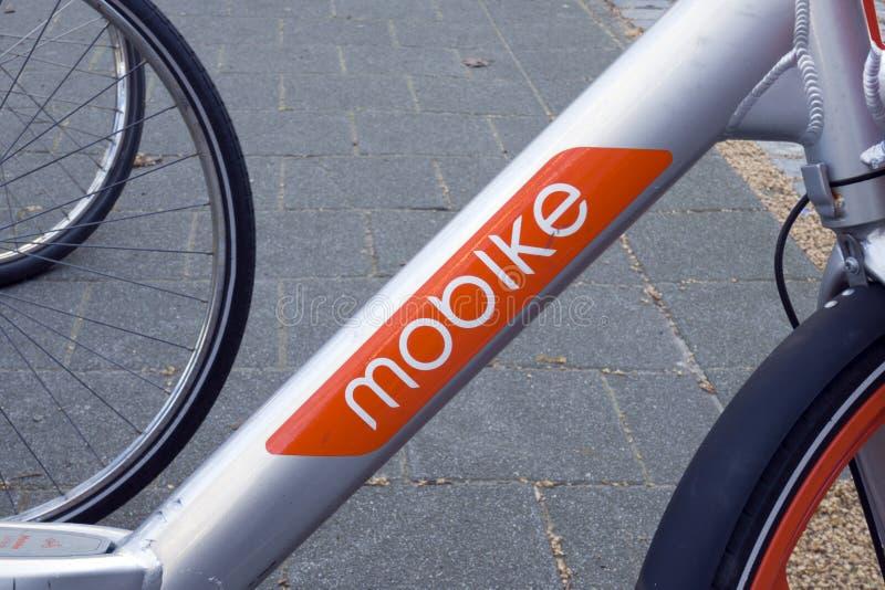 Mobikefiets in de straten van Rotterdam stock foto's