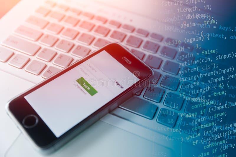 Mobil app som programmerar på smartphonebegrepp arkivfoto