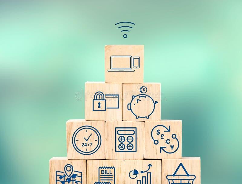 Mobil bankrörelsesärdragsymbol på den wood kubpyramiden med suddighetssuddighet royaltyfria foton