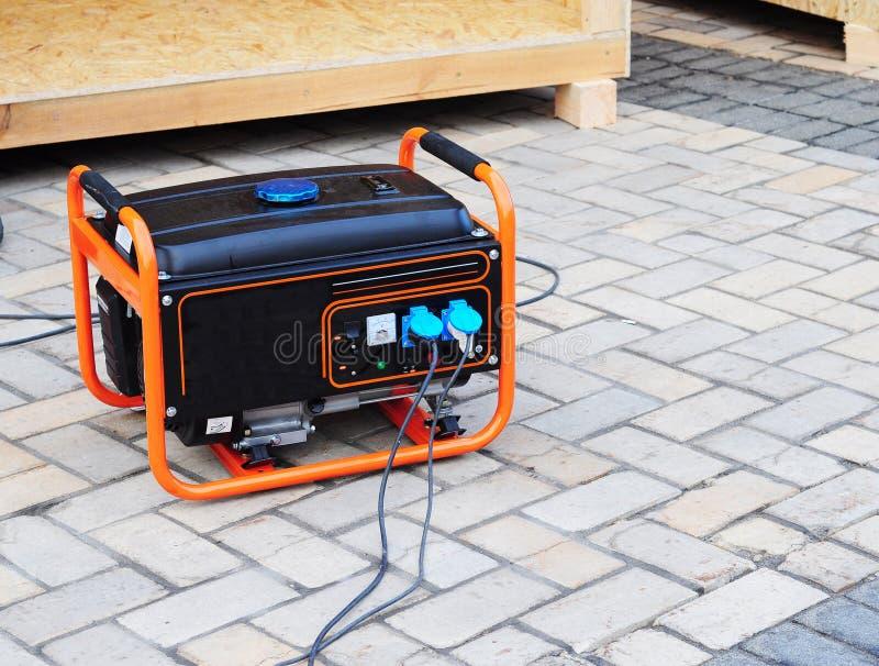 Mobil bensingenerator på byggnadsplatsen arkivfoton