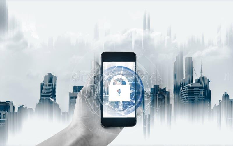 Mobil enhetsäkerhet och internetuppkoppling Räcka genom att använda mobilen den smarta telefon- och låssymbolen Beståndsdelen av  arkivbilder