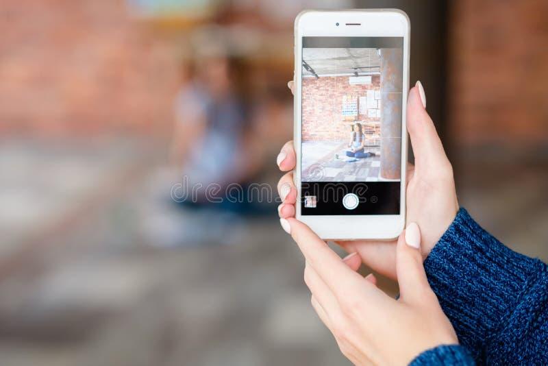 Mobil fotografihobby som tar fototelefonen royaltyfri foto