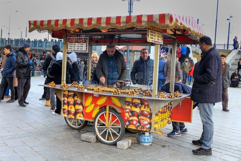 Mobil grillad kastanjebrun försäljare Eminonu Istanbul arkivfoto