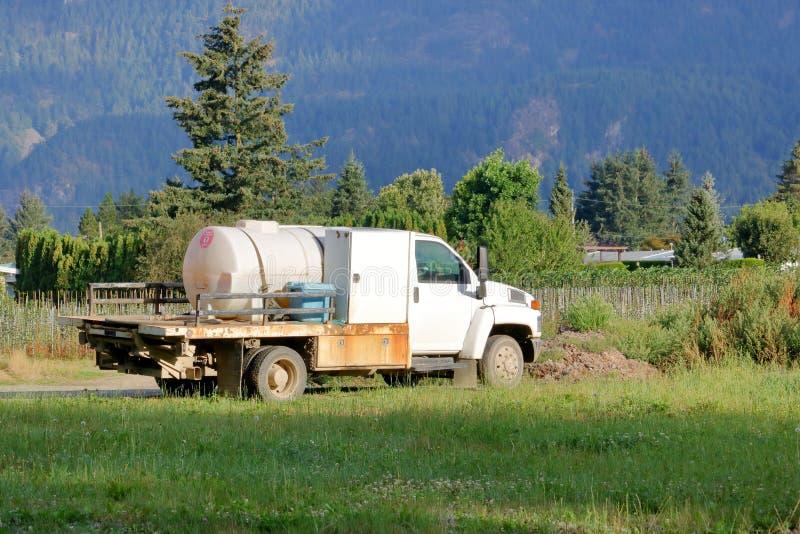 Mobil kemisk bekämpningsmedellastbil för lantgård arkivbild