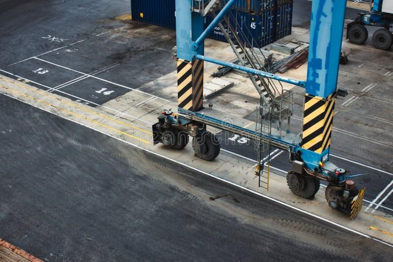 Mobil kran på en kommersiell skeppsdocka för lastfjärd arkivfoto