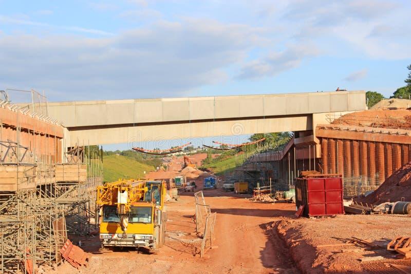Mobil kran vid en bro under konstruktion arkivbild