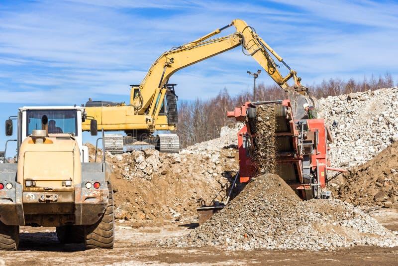 Mobil kross för crawlsimmare och grävskopaCrushing betong royaltyfri foto