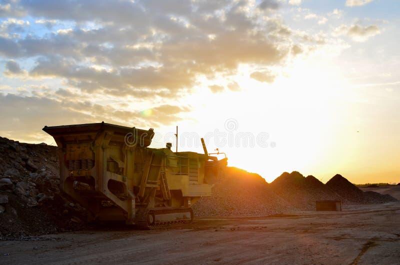 Mobil maskin för stenkross vid konstruktionsplatsen eller brytavillebrådet för att krossa gamla konkreta tjock skiva in i grus arkivfoto