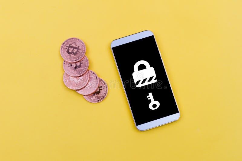 Mobil med ransomware- och bitcoinbetalning som illustrerar online-säkerhet arkivfoto