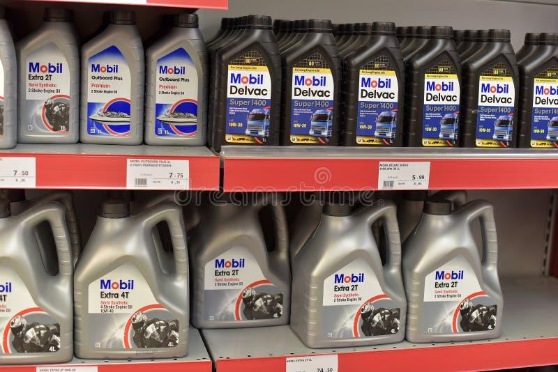 Mobil Parowozowy olej na półce sklepowej fotografia stock