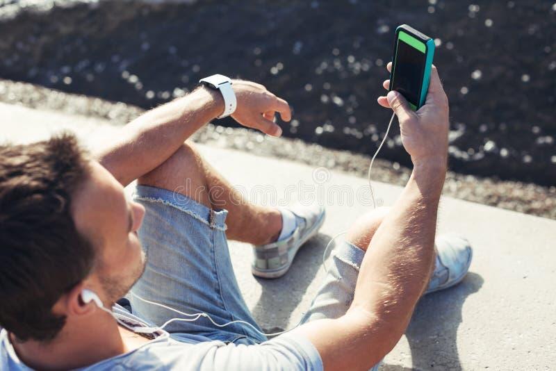 Mobil smartphone i händer för man` s arkivfoto