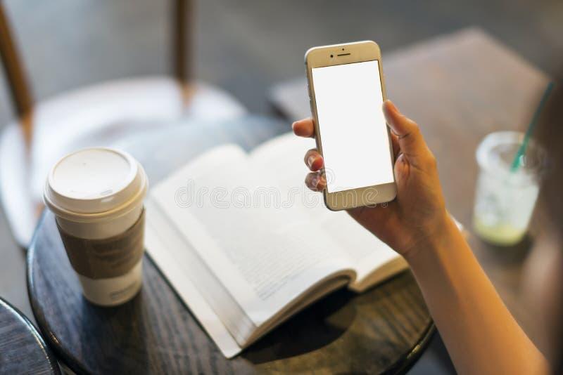Mobil téléphonent dans la main images stock