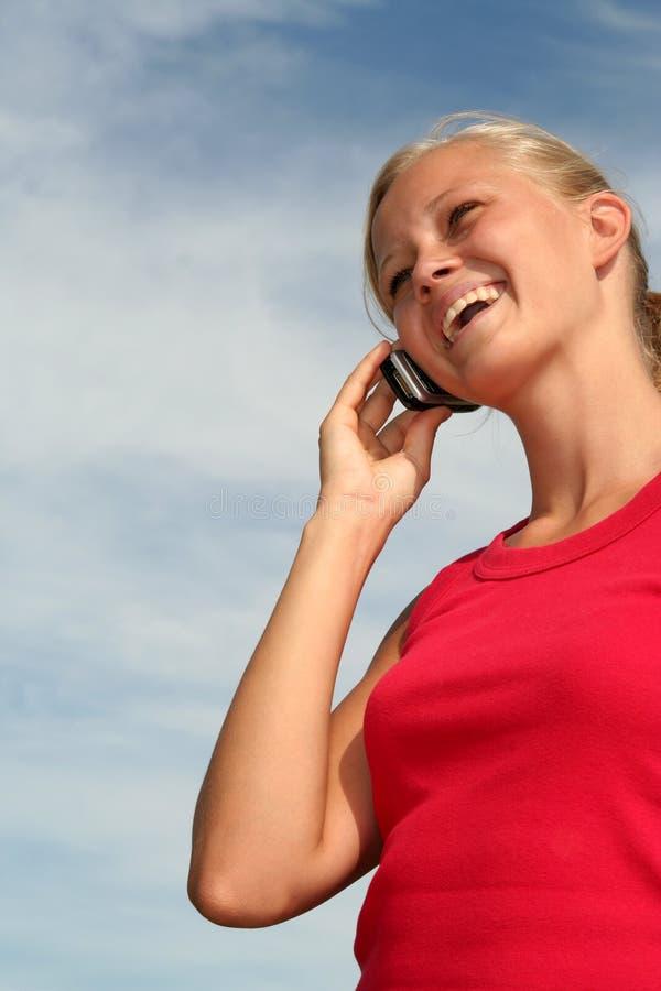 mobil telefon genom att använda kvinnan arkivbilder