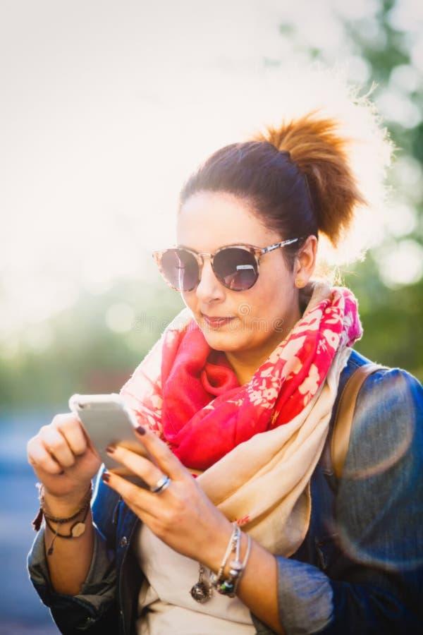 mobil telefon genom att anv?nda kvinnabarn royaltyfri foto