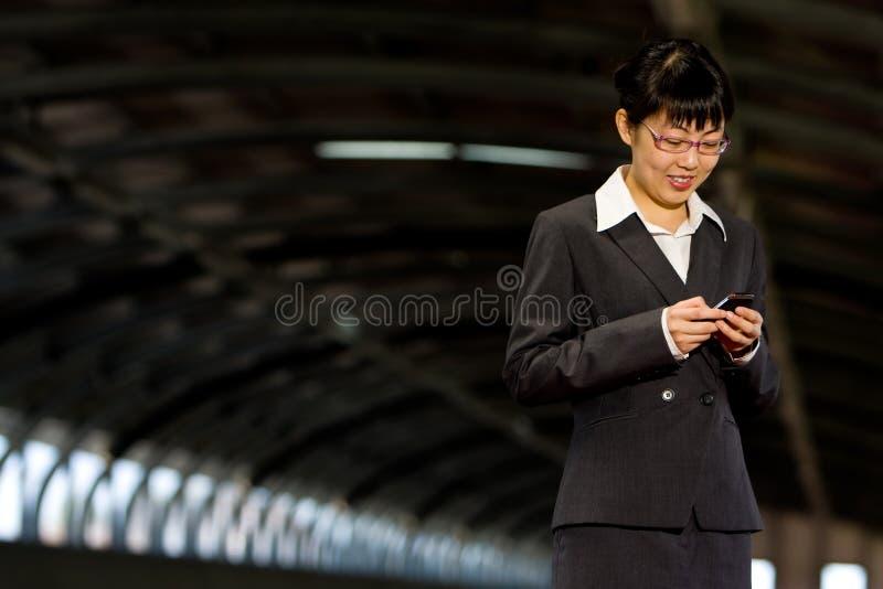 mobil telefonkvinna för asiatisk affär royaltyfri foto