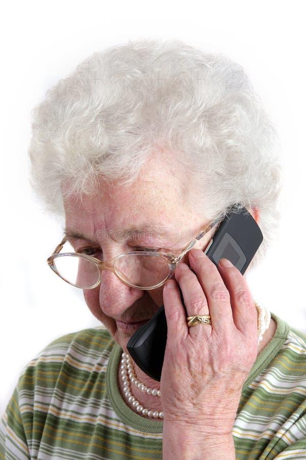 mobil telefonpensionärkvinna fotografering för bildbyråer