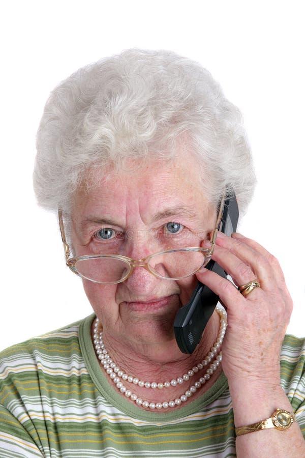 mobil telefonpensionärkvinna arkivbilder