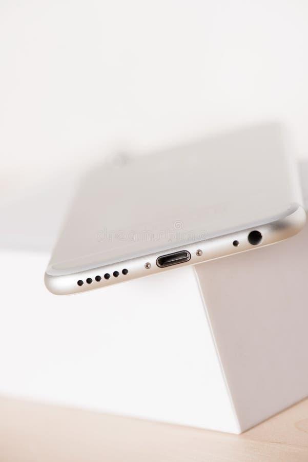 Mobil-telefoon met witte doos royalty-vrije stock afbeeldingen