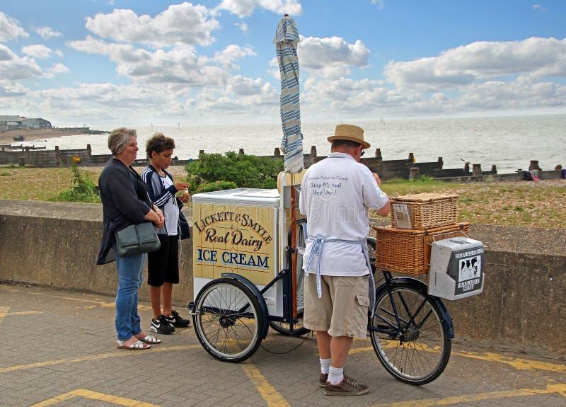 Mobil vagn för glasssäljarecykel arkivfoto