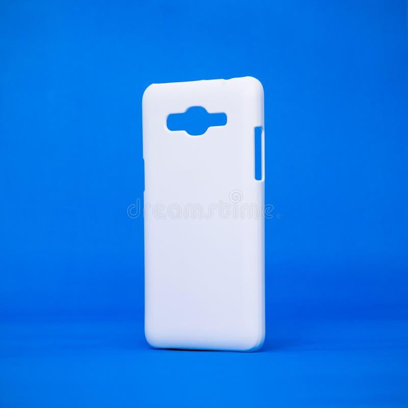 Mobila fall på livliga blåa bakgrunder Telefonräkning för din design Smartphone åtföljande eller moderiktigt mode arkivbilder