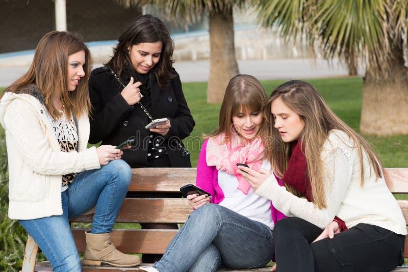 Mobila flickor arkivbild