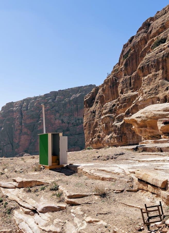 Mobila toalettlättheter ställde in för turister på vägen till den stora monumentannonsen Deir i Petra, Wadi Musa, Jordanien arkivbild