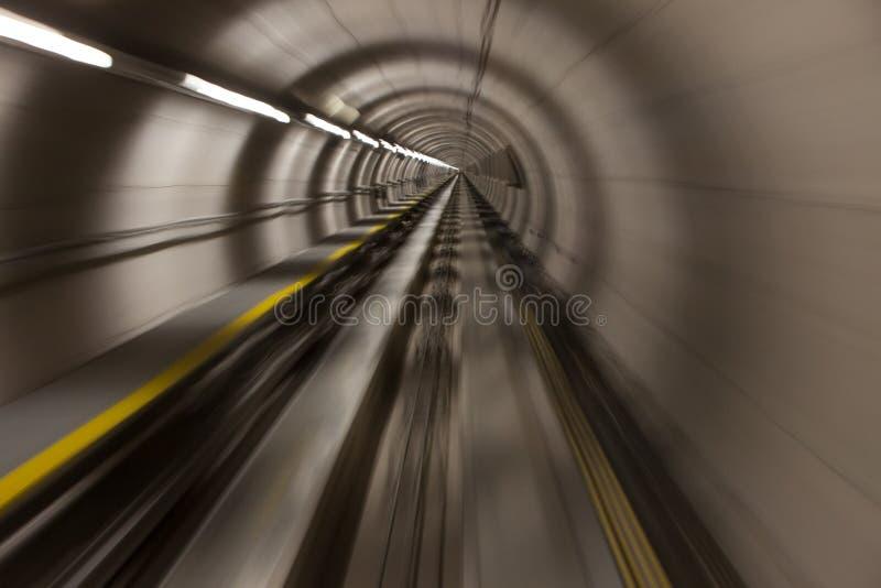 Mobile rapidement par un moderne, tunnel de conrete images stock