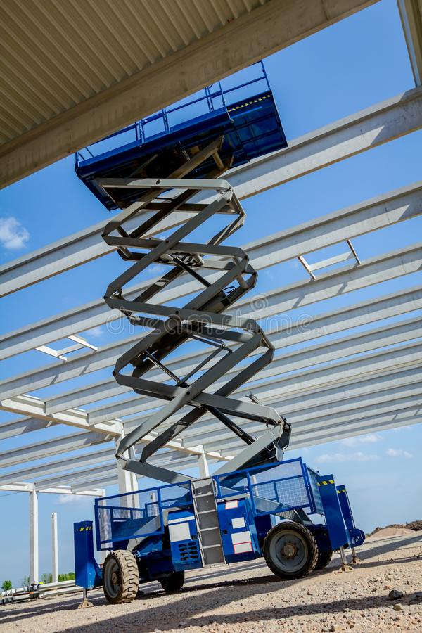 Free Mobile Scaffold, Stretched Scissor Lift Platform At Construction Royalty Free Stock Photography - 117924547