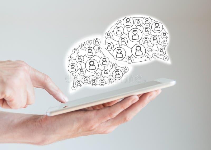 Mobile Tablette in den männlichen Händen mit dem Finger, der auf Anzeige zeigt Konzept von Computernetzwerken und von sozialen Ne stockfoto