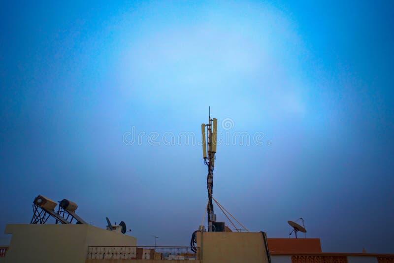 Mobile Telekommunikationsantenne auf einem Dach stockfotos