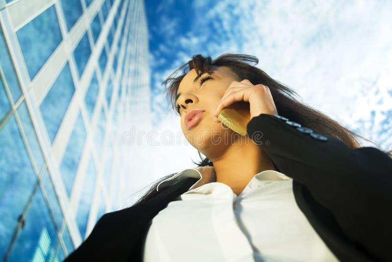Mobile vor Gebäude lizenzfreie stockfotos