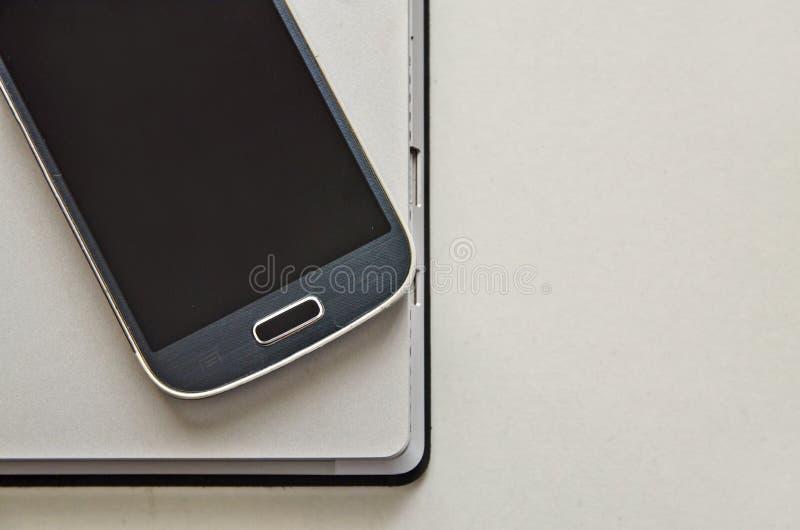 Mobilephone och bärbar dator royaltyfri foto