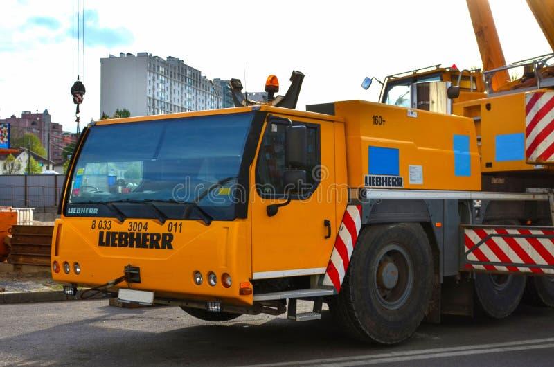 Mobiler Kran Liebherr-Arbeit an der im Stadtzentrum gelegenen Baustelle lizenzfreie stockfotos