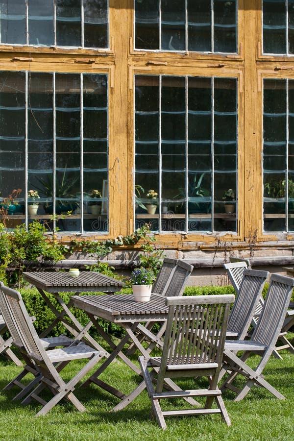 Mobili da giardino di legno nel cortile immagine stock - Mobili da giardino in legno ...