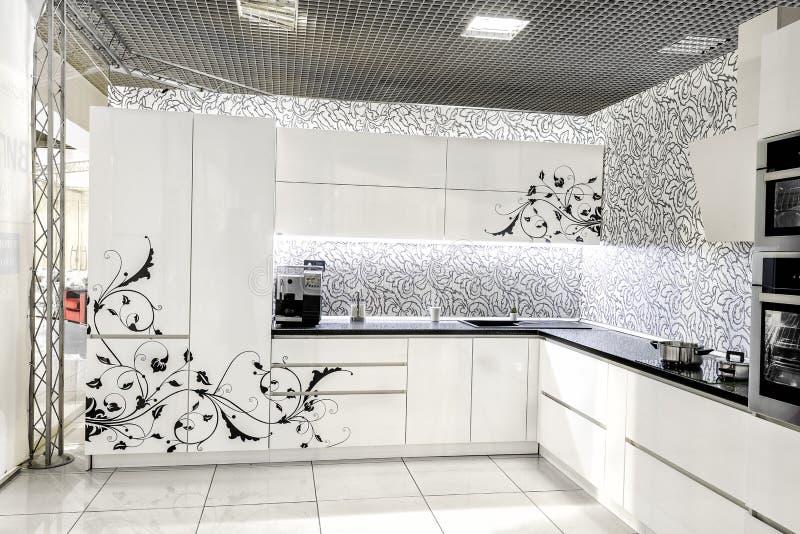 Mobilia bianca moderna della cucina Superficie anteriore dipinta Il materiale ha utilizzato nella fabbricazione - MDF immagini stock