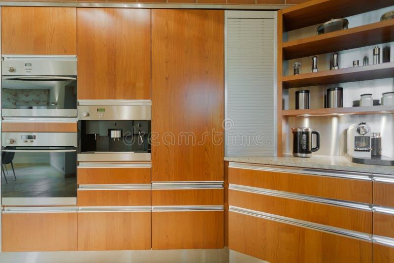Mobilia contemporanea della cucina di progettazione fotografie stock