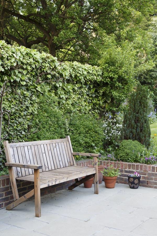 Mobilia del patio del giardino immagini stock