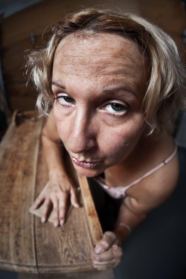 Mobilia di smeriglitatura della donna di Fedup fotografie stock