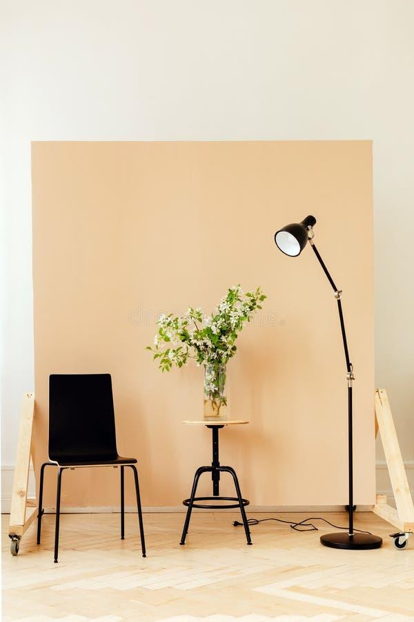 Mobilia e composizione nei fiori nella stanza alla moda fotografie stock