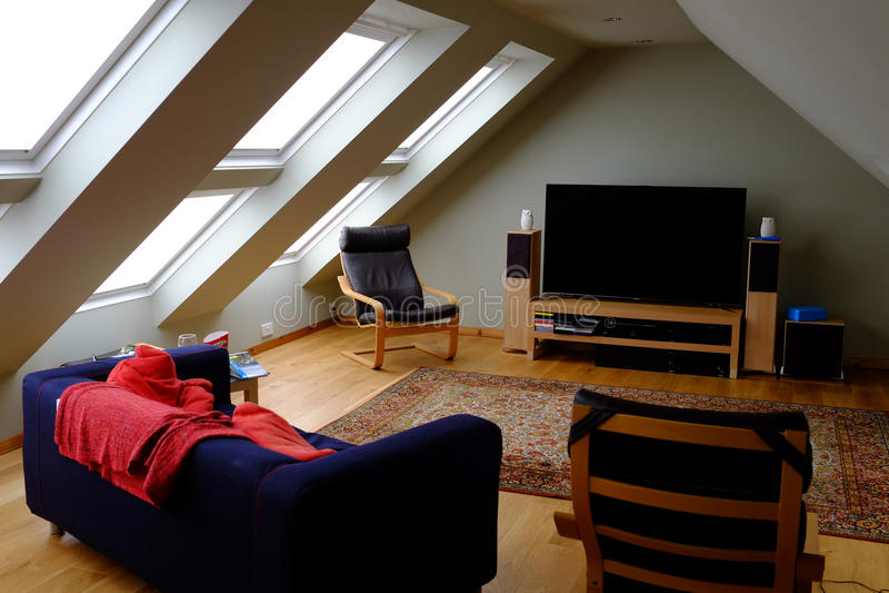 Mobilia e televisione della soffitta fotografia stock