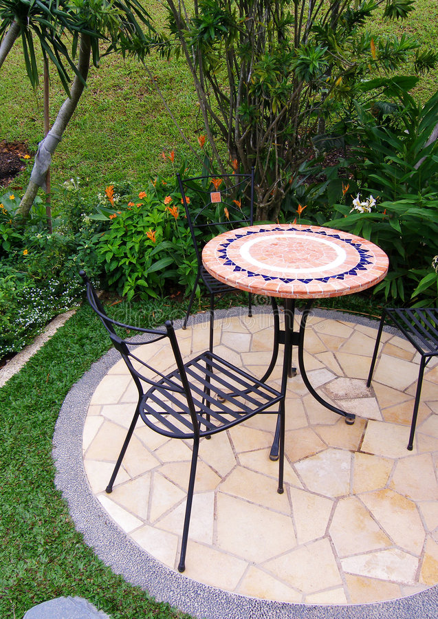 Mobilia esterna del patio del giardino immagine stock