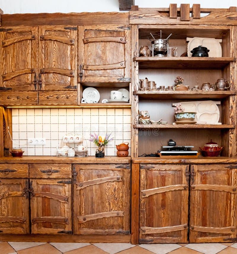Mobilia per la cucina in stile country fotografia stock