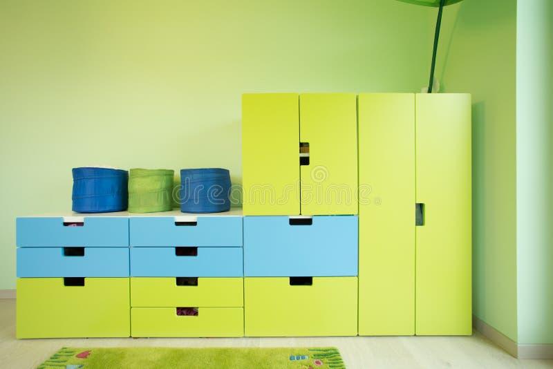 Mobilia variopinta dentro una stanza fotografia stock