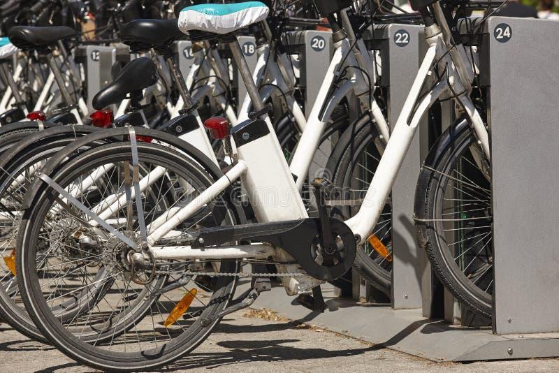 Mobilidade urbana sustentável Bicicletas na cidade Transporte el?trico foto de stock royalty free