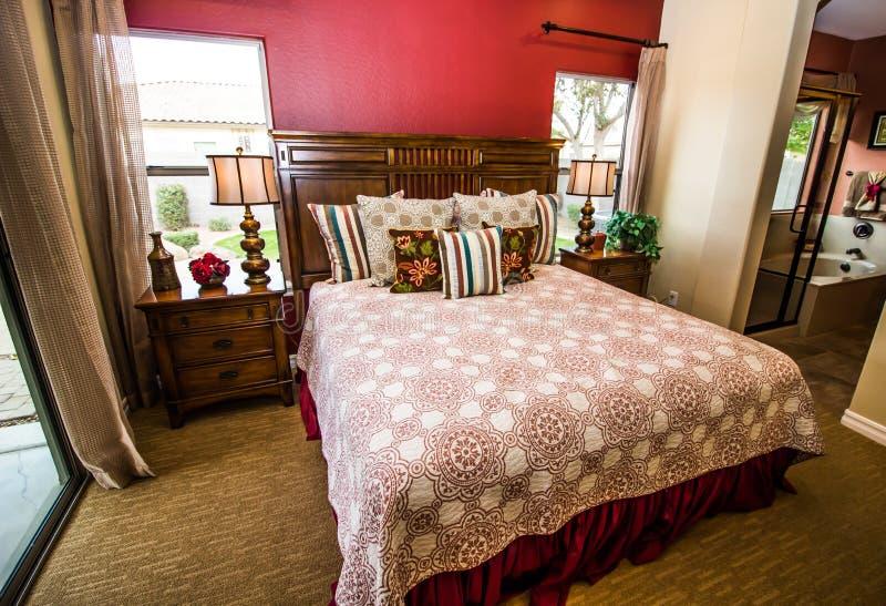 Mobilier pour chambre à coucher principal avec la salle de bains image stock